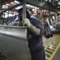 Funcionário carrega porta de um carro da Ford na fábrica da companhia, em São Bernardo do Campo
