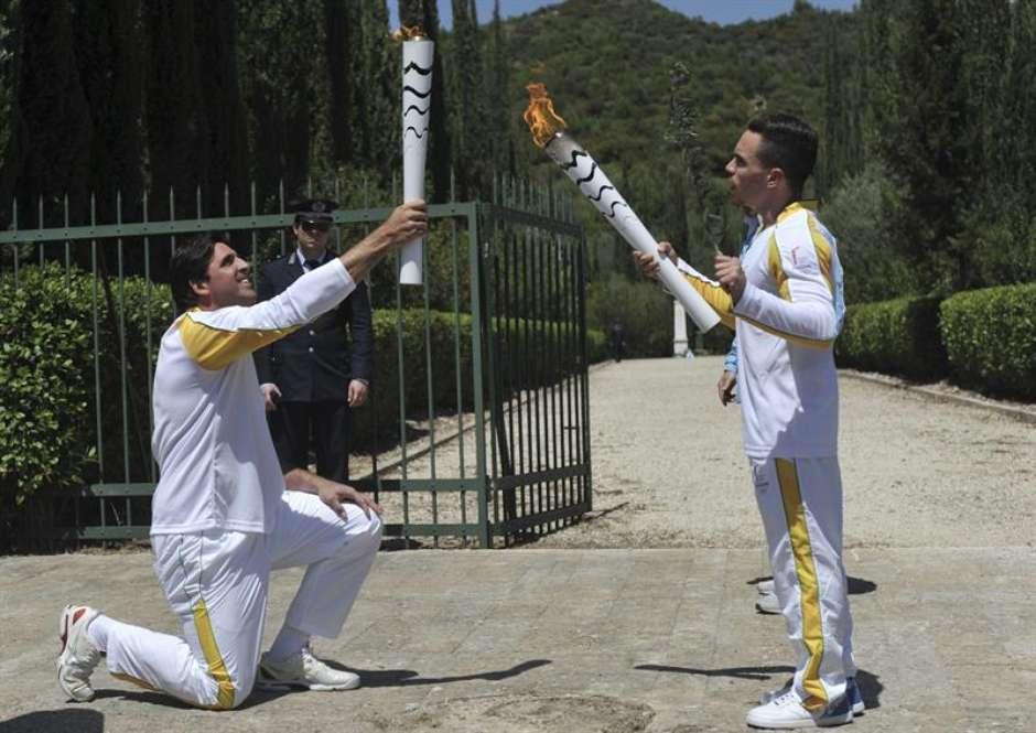 O primeiro atleta a portar a tocha foi o ginasta grego Lefheris Petrounias, que a passou ao brasileiro ex-jogador de vôlei e bicampeão olímpico (1992 e 2004) Giovane Gávio.